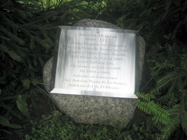 Plaque en mémoire de l'ancêtre des Drapeau installée dans le Parc des ancêtres de l'Île d'Orléans. Photo de Nicole Drapeau, 2008