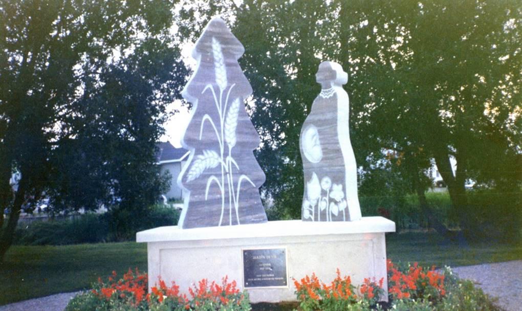 2 statues représentant un sapin et une dame.