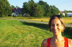 Frédérique devant la maison ancestrale.