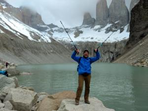 Pierre Drapeau dos au lac et montagnes.